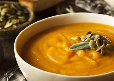 Kruidige wortel soep met kurkuma en walnoot