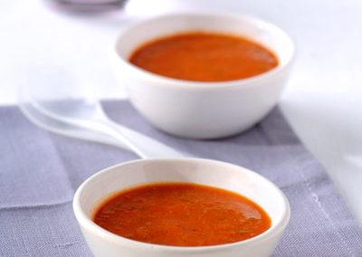 Gekoelde tomaten- en paprikasoep